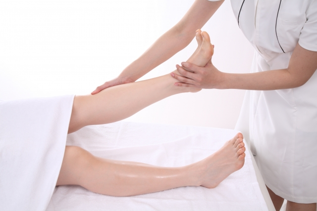 足首のフットマッサージ